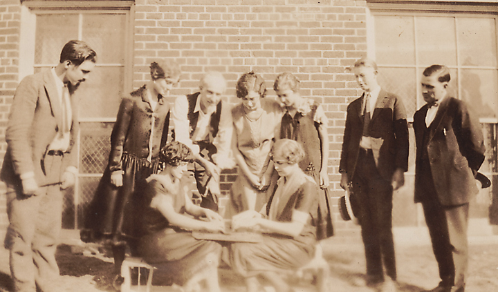1920s people playing Wilder board